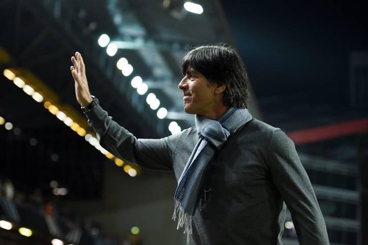 Der Schal sitzt, Joachim Löw präsentiert sich vor dem Testspiel der deutschen Nationalmannschaft gegen Australien im Fritz-Walter-Stadion in Kaiserslautern modisch wie immer. Doch wem winkt der Bundestrainer da?