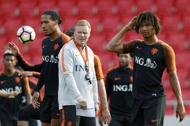 Nathan Aké (r.) und Virgil van Dijk treffen sich regelmäßig im niederländischen Nationalteam