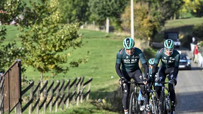 Gleich mehrere Fahren vom Team Bora-hansgrohe sind während einer Trainingsfahrt von einem Auto angefahren worden - auch Maximilian Schachmann ist beteiligt