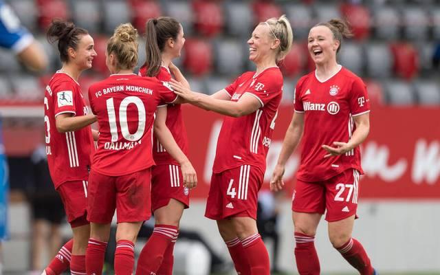 Kristin Demann (2.v.r.) verlängert ihren Vertrag beim FC Bayern