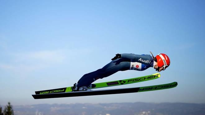 Katharina Althaus sprang in Hinzenbach in die Top Ten