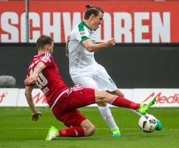 Im Alleingang schießt Max Kruse den FC Ingolstadt am 30. Spieltag der Bundesliga ab. Beim 4:2-Erfolg bei den Schanzern gelingen dem Angreifer von Werder Bremen alle vier Treffer. Damit bringt sich der 29-Jährige wieder einmal für die deutsche Nationalmannschaft ins Spiel...