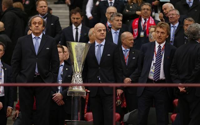 Michel Platini (l.) hat keine hohe Meinung von FIFA-Boss Gianni Infantino (M.)