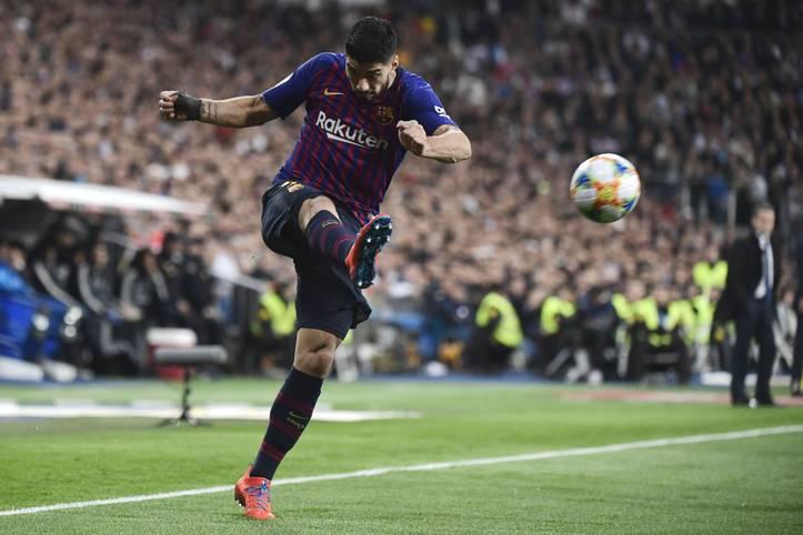 Luis Suarez mausert sich immer mehr zum Real-Schreck: Beim 3:0-Triumph des FC Barcelona im Halbfinal-Rückspiel der Copa del Rey bei Real Madrid traf der Uruguayer doppelt - seine Clasico-Tore zehn und elf