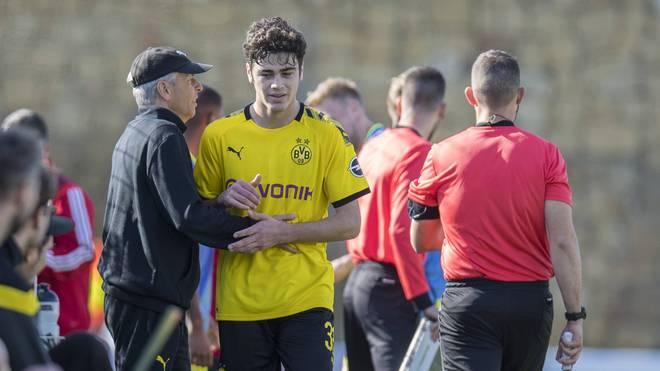 BVB-Trainer Lucien Favre (l.) im Gespräch mit Giovanni Reyna