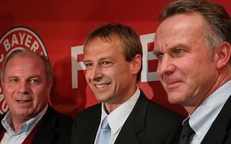 Der Beginn von Jürgen Klinsmanns Weg beim FC Bayern ist ein Paukenschlag: Am 11. Januar 2008 stellt der Vereinsvorstand (Uli Hoeneß (l.) und Karl-Heinz Rummenigge) den neuen Trainer vor. Er bekommt einen Zweijahresvertrag