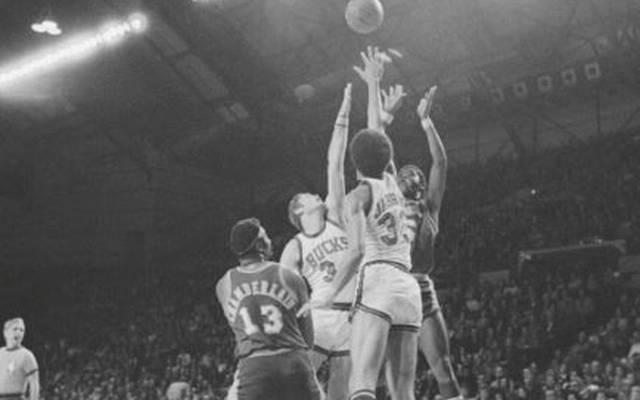 Kareem Abdul-Jabbar (2.v.r.) war von den Lakers um Wilt Chamberlain (l.) nicht zu stoppen