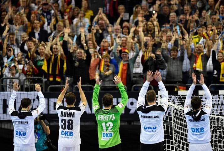 Die Vorrunde ist geschafft! Die deutsche Handball-Nationalmannschaft geht mit einem Sieg gegen Serbien und den heimischen Fans im Rücken in die Hauptrunde. Erster Gegner hier ist am Samstag Island (20.30 Uhr im LIVETICKER)