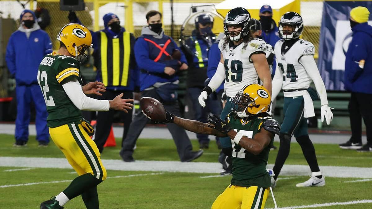 Wide receiver Davante Adams (r.) übergibt Aaron Rodgers den Ball zu seinem 400. Karriere-Touchdown