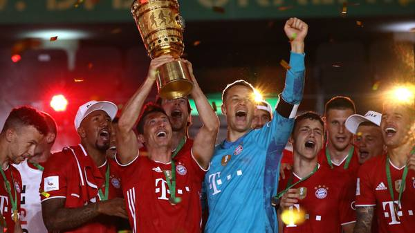 BERLIN, GERMANY - JULY 04:   Robert Lewandowski of FC Bayern Muenchen lifts the DFB Cup winners trophy in celebration after the DFB Cup final match between Bayer 04 Leverkusen and FC Bayern Muenchen at Olympiastadion on July 04, 2020 in Berlin, Germany. (Photo by Alexander Hassenstein/Getty Images)