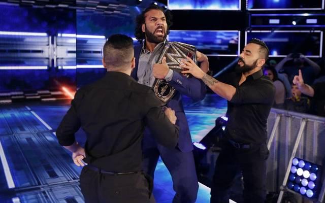 Jinder Mahal (M., mit den Singh Brothers) soll bei den WWE Survivor Series 2017 gegen Brock Lesnar antreten