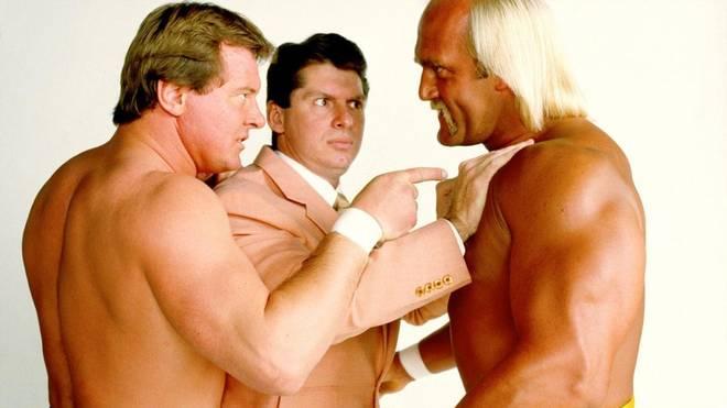 WWE-Boss Vince McMahon (M.) mit seinen frühen Stars Hulk Hogan (r.) und Roddy Piper