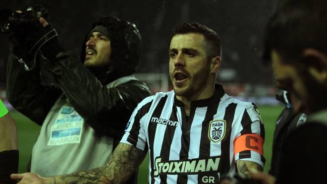 PAOK-Kapitän Vierinha versucht die eigenen Fans zu beschwichtigen