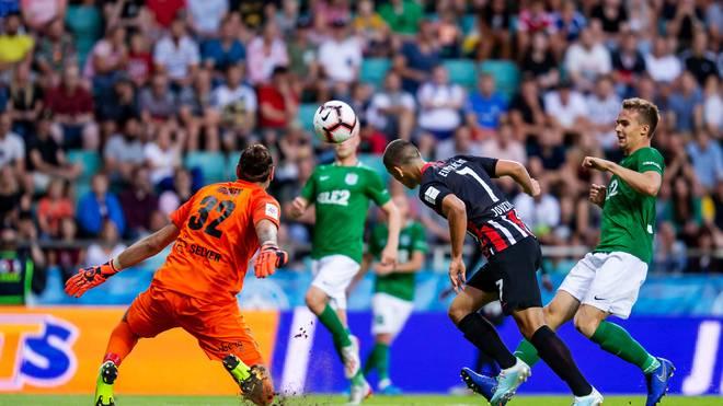 Dejan Joveljic erzielt das Tor zum 2:1 für Eintracht Frankfurt