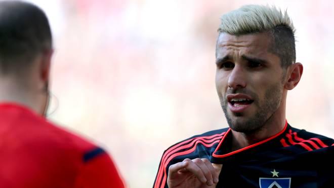 Valon Behrami vom Hamburger SV redet mit dem Schiedsrichter