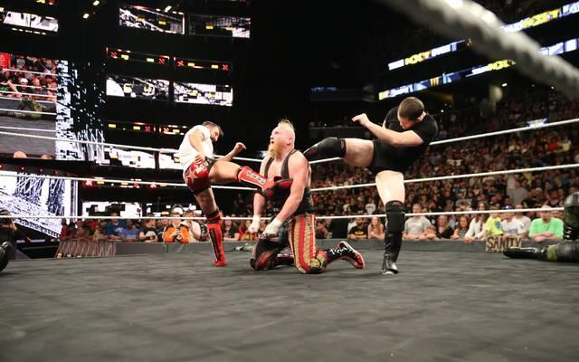 Kyle O'Reilly und Bobby Fish bei einer (geplanten) Attacke auf WWE-Wrestler Alexander Wolfe