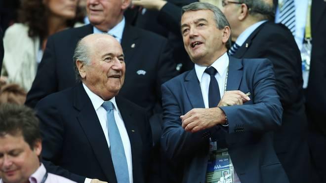 DFB-Präsident Wolfgang Niersbach (r.) bringt sich als Nachfolger von FIFA-Boss Joseph S. Blatter in Stellung