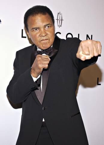 Muhammad Ali ist tot. Der Jahrhundertsportler starb im Alter von 74 Jahren. Zeit seines Lebens war er berühmt-berüchtigt für ein loses Mundwerk und eine manchmal lyrische Sprache. Er verhöhnte seine Gegner, malte sich in den schönsten Farben und geizte auch nicht mit Lebensweisheiten. SPORT1 hat die besten Sprüche zusammengestellt