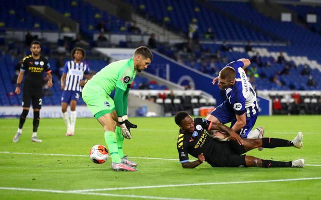 Raheem Sterling (u.) erzielte beim Kantersieg von Manchester City ein kurioses Tor