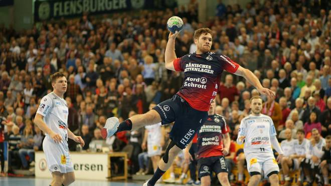 Johannes Golla (m.) feierte mit der SG Flensburg-Handewitt einen Sieg