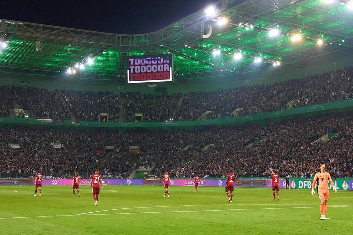 Der FC Bayern erlebt im DFB-Pokal bei Borussia Mönchengladbach ein Debakel. Ein Blick hinter die Kulissen eines denkwürdigen Abends.