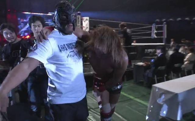 Tetsuya Naito (r.) muss nach der Attacke von KENTA von BUSHI gestützt werden