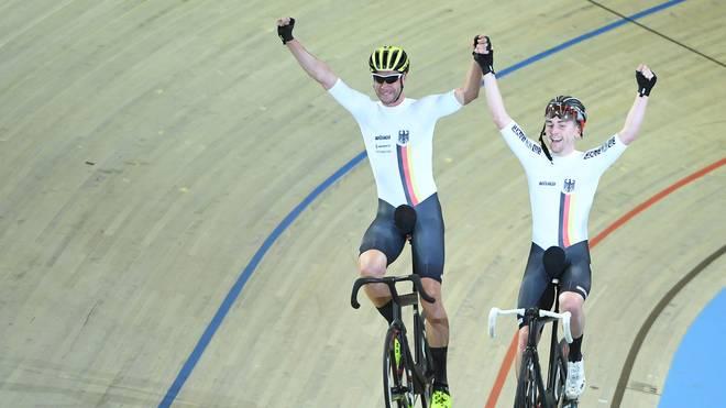 Berliner Sechstagerennen: Roger Kluge und Theo Reinhardt gewinnen, Roger Kluge (l.) und Theo Reinhardt feiern den Gewinn der WM-Goldmedaille