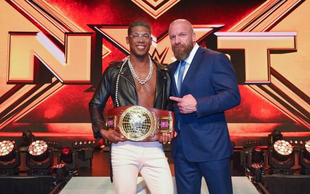 WWE-Vorstand Triple H (r.) steht zu Velveteen Dream