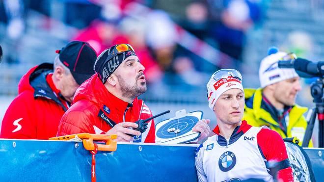 Der deutsche Trainer der österreichischen Biathleten, Ricco Groß (l.), wurde positiv auf Corona getestet