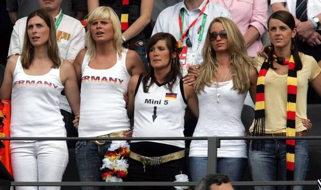 Monica Podolski (2. v. r.) hält sich in Sachen Social Media eher zurück