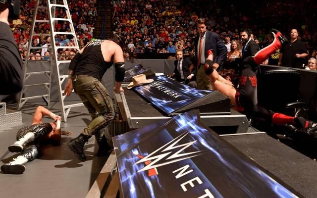 Bei WWE Money in the Bank 2017 landete nicht nur AJ Styles (r.) hart