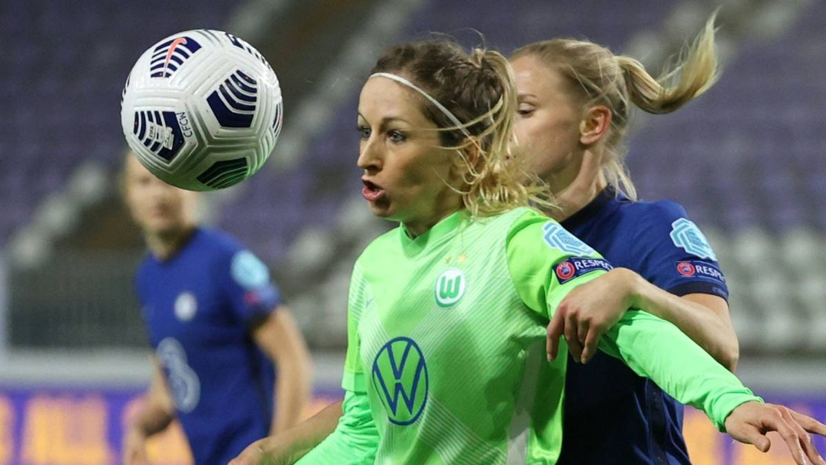 Kathrin Hendrich (l.) unterschreibt beim VfL Wolfsburg einen Vertrag bis 2024