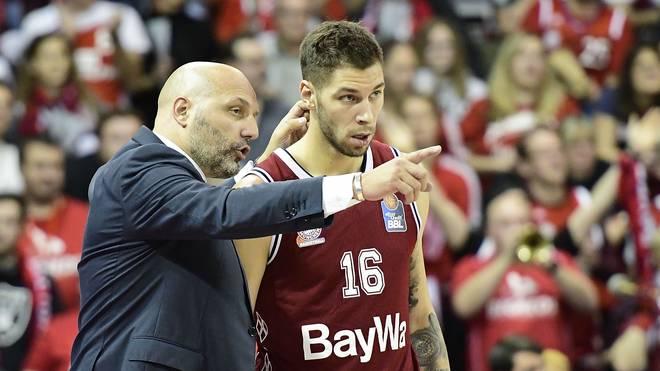 Aleksandar Djordjevic gibt Aufbauspieler Stefan Jovic Instruktionen