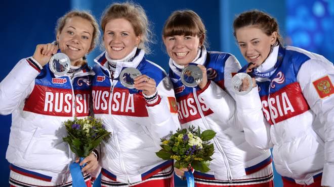 Jana Romanowa (2.v.l.) und Olga Wiluchina (r.) müssen ihre Medaille wegen Dopings zurückgeben