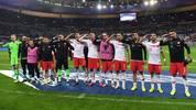 Nach dem Abpfiff salutierte die türkische Nationalmannschaft erneut auf dem Rasen des Stade de France