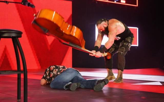 Braun Strowman attackierte Elias bei WWE Monday Night RAW mit einem Kontrabass