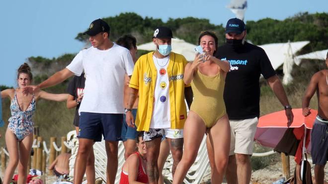 Neymar (M.) urlaubt vorbildlich mit Maske auf der Insel Formentera