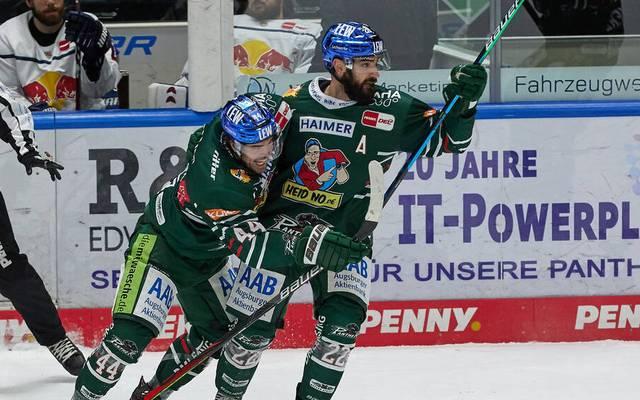 Scott Valentine (r.) erzielte das entscheidende Tor für die Augsburger Panther gegen München
