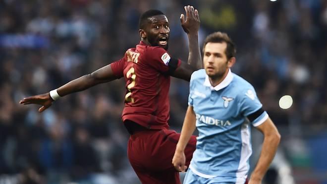 Antonio Rüdiger wurde von Gegenspieler Senad Lulic (r.) rassistisch beleidigt