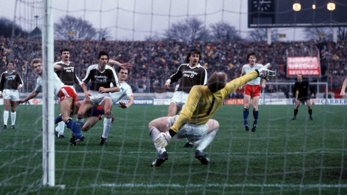 Vor der Rekordkulisse von 58.000 Zuschauern setzte sich der HSV 1986 im DFB-Pokal gegen den FC St. Pauli durch