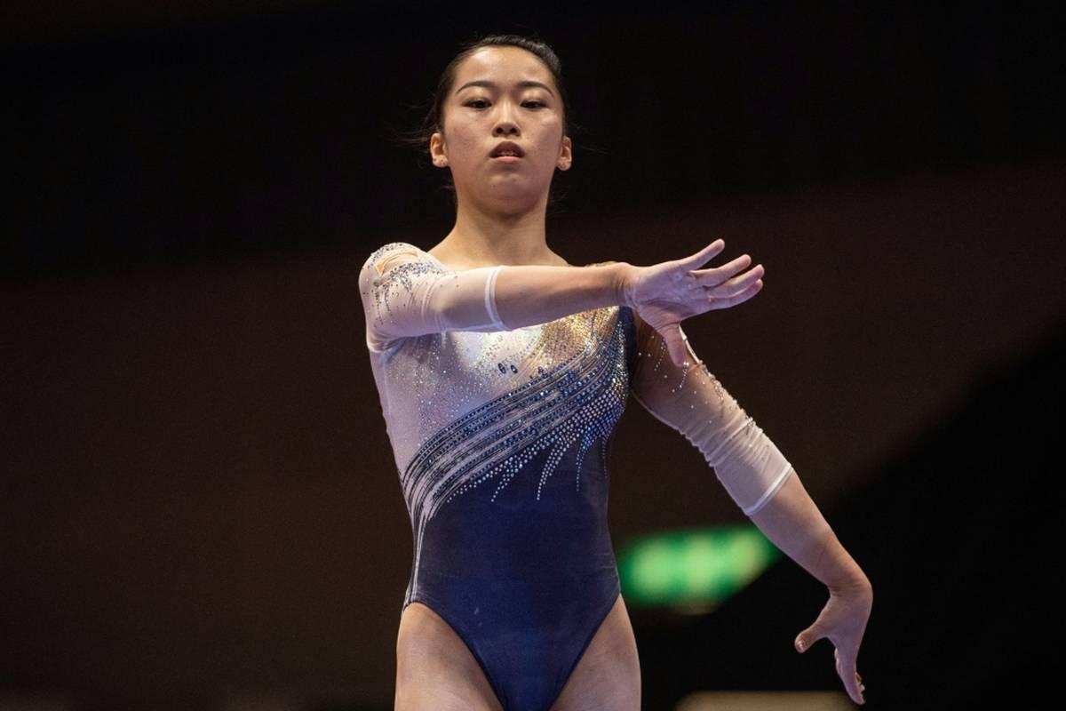 Die japanische Kunstturnerin Hitomi Hatakeda stürzt während der Weltmeisterschaft am Stufenbarren, erleidet eine schwerwiegende Verletzung des Halswirbels.