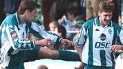 In Bremen braucht Frings anfangs den ein oder anderen Tritt in den Hintern, wie hier vom älteren Kollegen Mladen Krstajic. Aber schließlich gelingt dem Mittelfeldspieler der Durchbruch und er schafft es ins DFB-Team