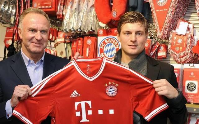Toni Kroos mit Bayern-Boss Karl-Heinz Rummenigge (l.)