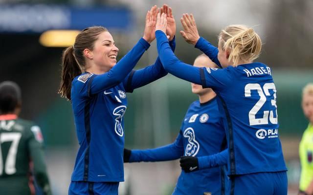 Melanie Leupolz (l.) feiert ein Tor für den FC Chelsea mit Pernille Harder