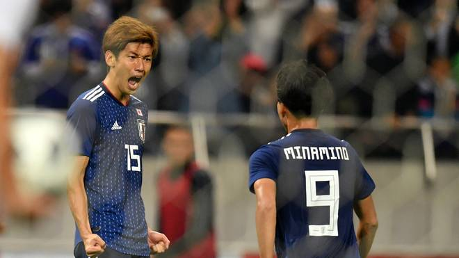 Fußball: Japan besiegt Uruguay - Südkorea remis gegen Panama , Yuya Osako (links) freut sich mit dem Doppeltorschützen Takumi Minamino