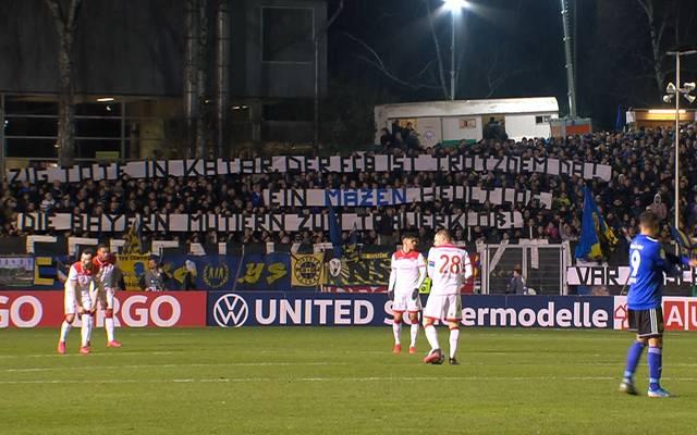 Fans des 1. FC Saarbrücken kritisieren den FC Bayern