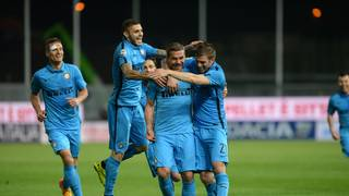 Lukas Podolski (2.v.r.) erzielt sein erstes Tor für Inter Mailand