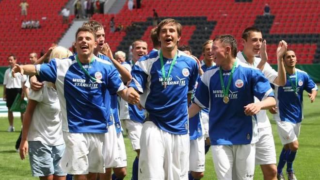Die U19 von Hansa Rostock feiert die deutsche Meisterschaft mit Kevin Pannewitz (Mitte)