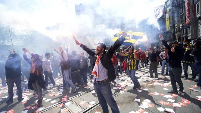 Dass Galatasaray-, Fenerbahce- und Besiktas-Fans gemeinsam für eine Sache einstehen, ist eine absolute Ausnahme unter den verfeindeten Fanlagern