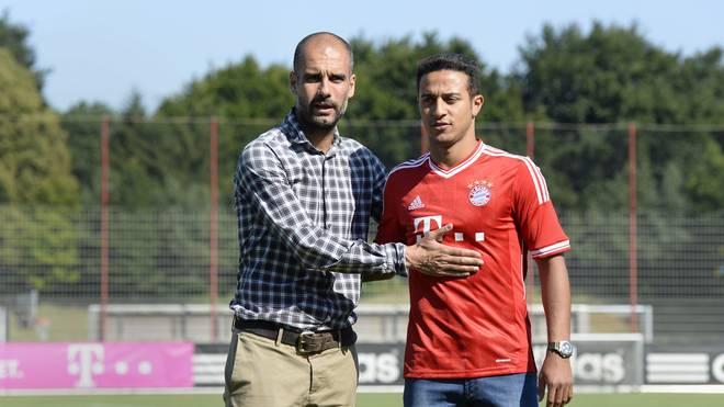 Pep Guardiola (l.) begrüßte Thiago 2013 beim FC Bayern